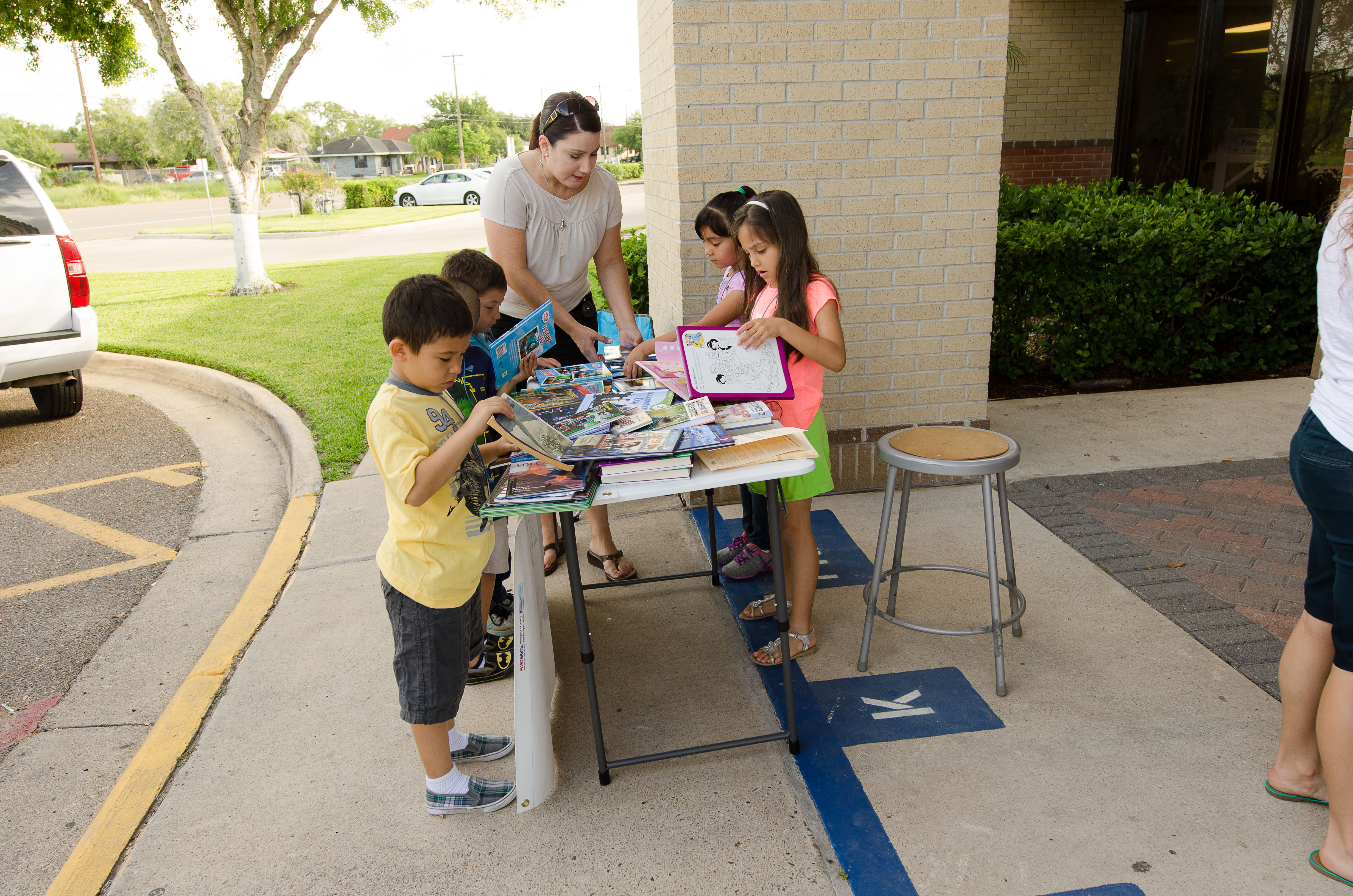 HCISD brings books to students with mobile library
