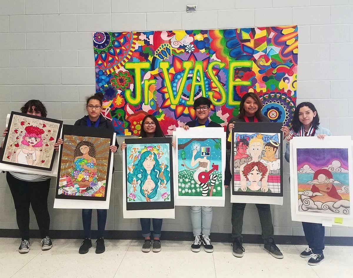 Alumnos de la Escuela Secundaria Memorial logran altas calificaciones en un evento de artes visuales.