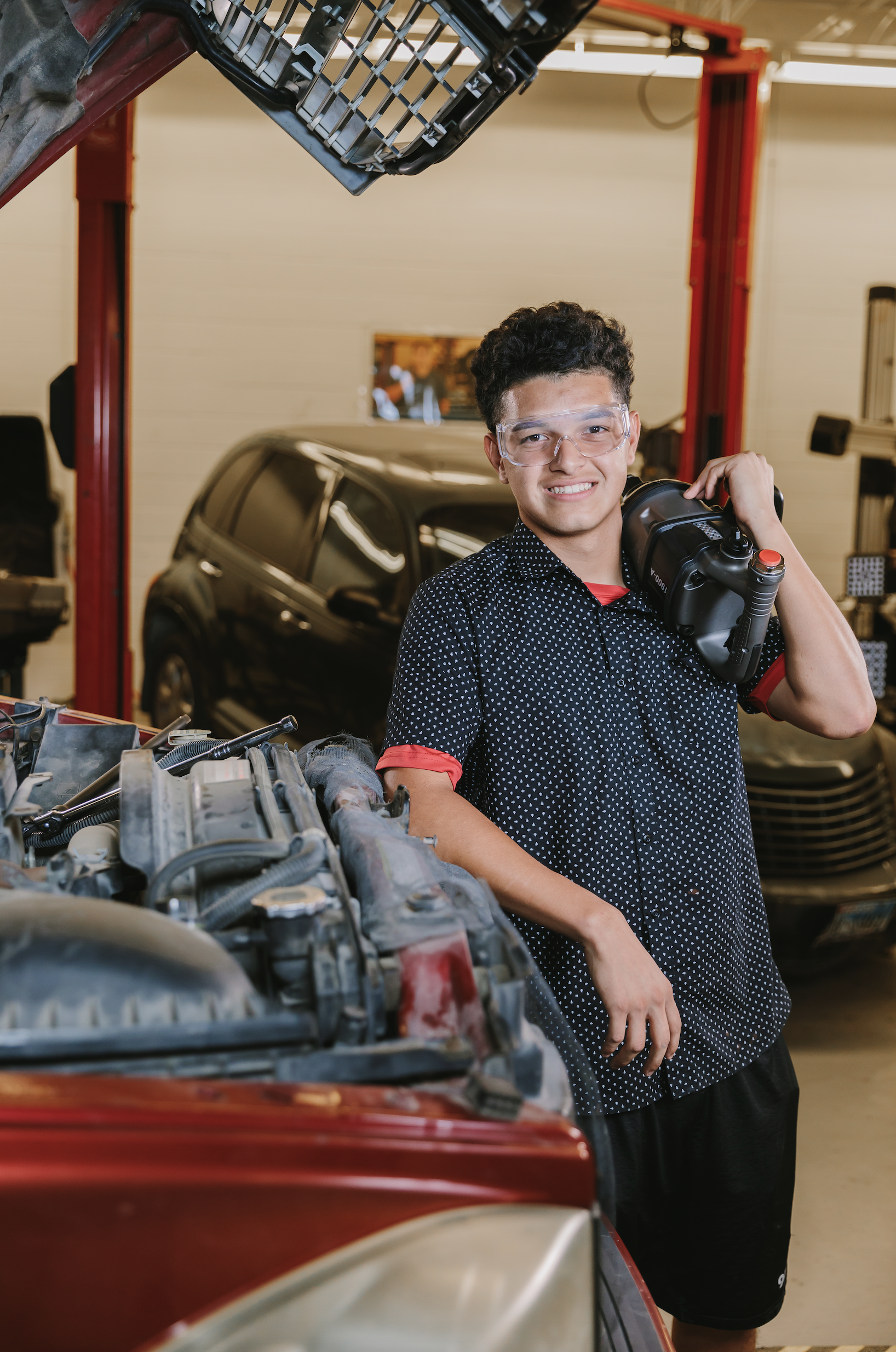 Cursos Intensivos: Los estudiantes reparan y restauran vehículos en la Academia de Capacitación Automotriz.