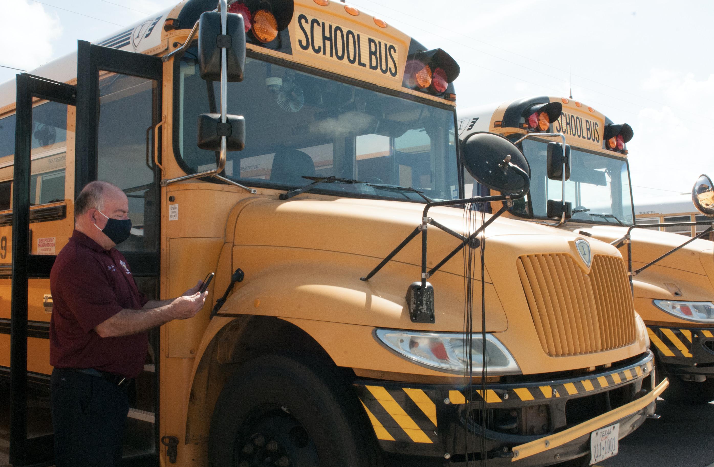 HCISD instala equipo Zonar en todos los autobuses escolares.