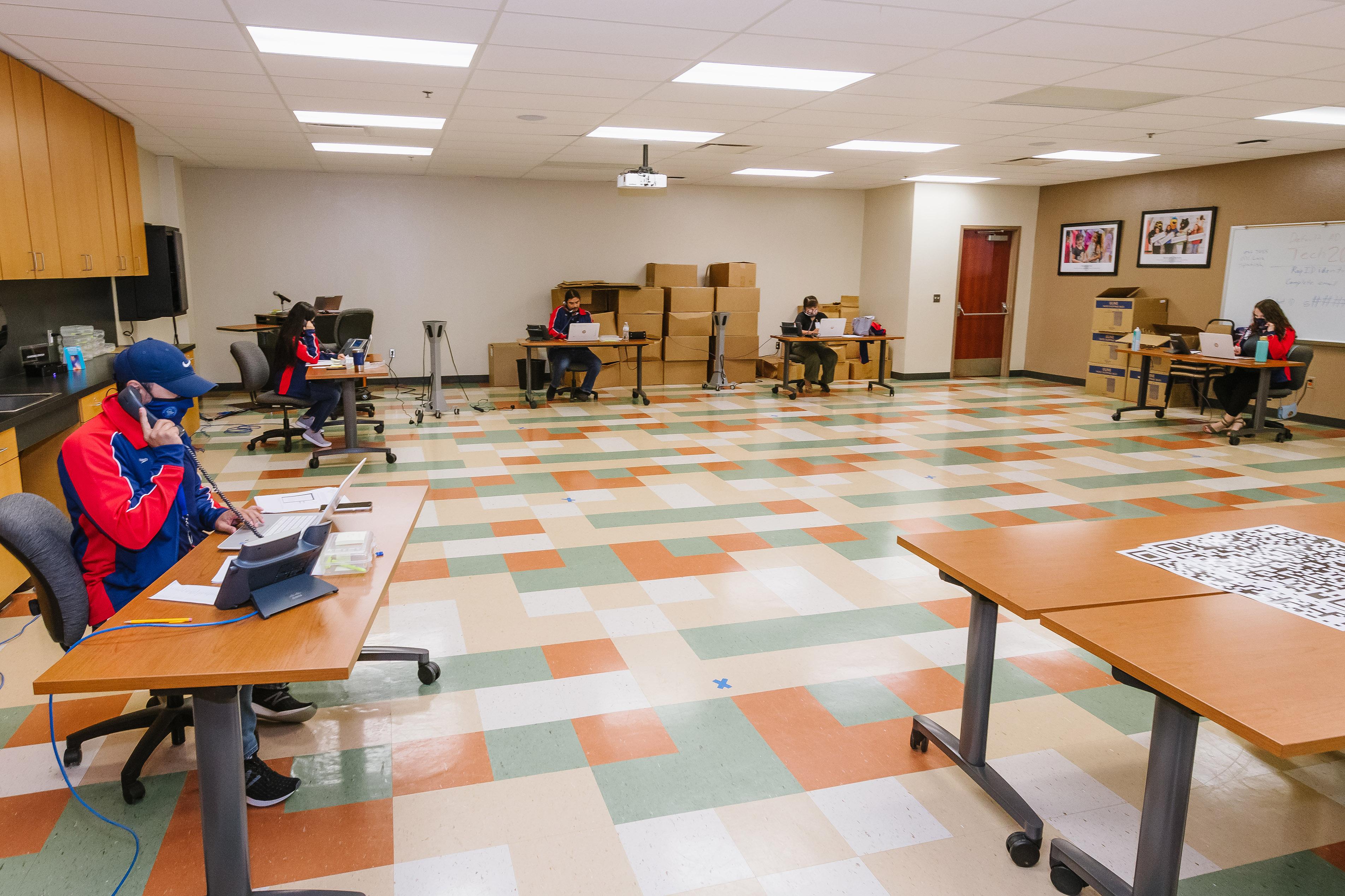 El Centro de Apoyo Tecnológico ofrece una línea salvavidas a los padres y estudiantes.