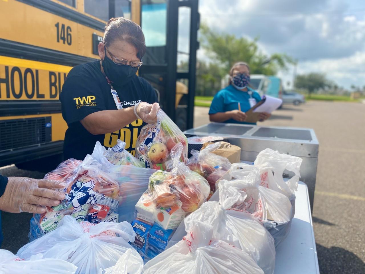 El Good to Go BusHub entrega comidas en diferentes lugares de la comunidad.